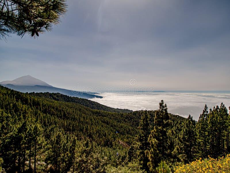 Spektakulär sikt över molnen till berget royaltyfri bild
