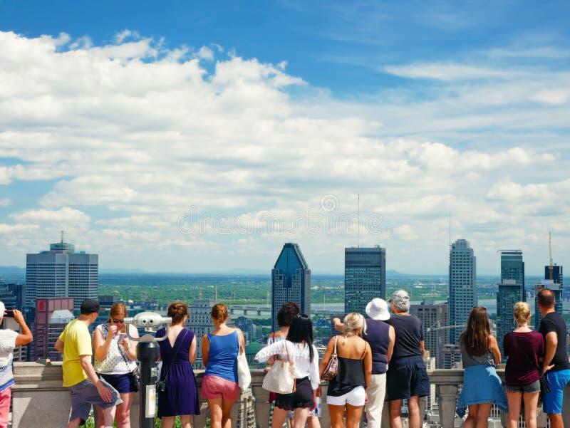 Spektakulär sikt av den i stadens centrum Montrealen från monteringskunglig personbelvederen Montreal Kanada royaltyfri fotografi