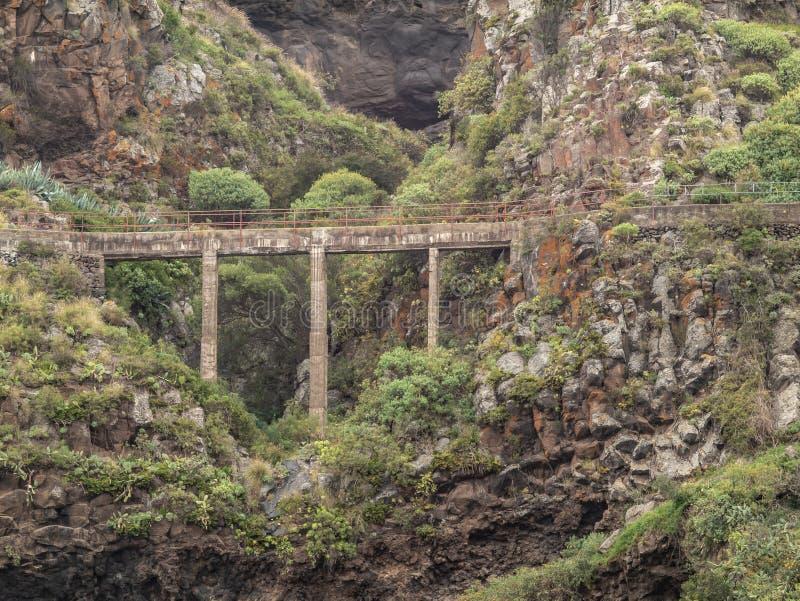 Spektakulär sikt av en bro över en barrancoen tenerife arkivfoton