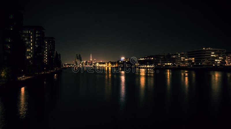 Spektakulär sikt av natthorisonten av Berlin arkivbild