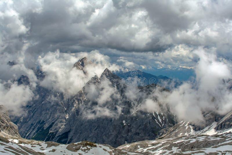 Spektakulär sikt från toppmötet av den Zugspitze Tyskland royaltyfri bild