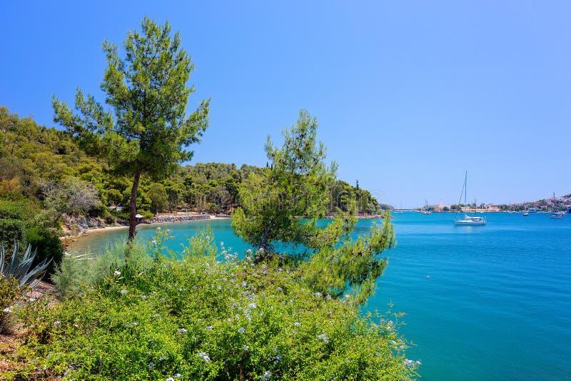 Spektakulär sikt på en av de mest härliga stränderna i den Poros ön f?r england f?r d?ck f?r dag f?r strandbrighton stol bl?sig s royaltyfri foto