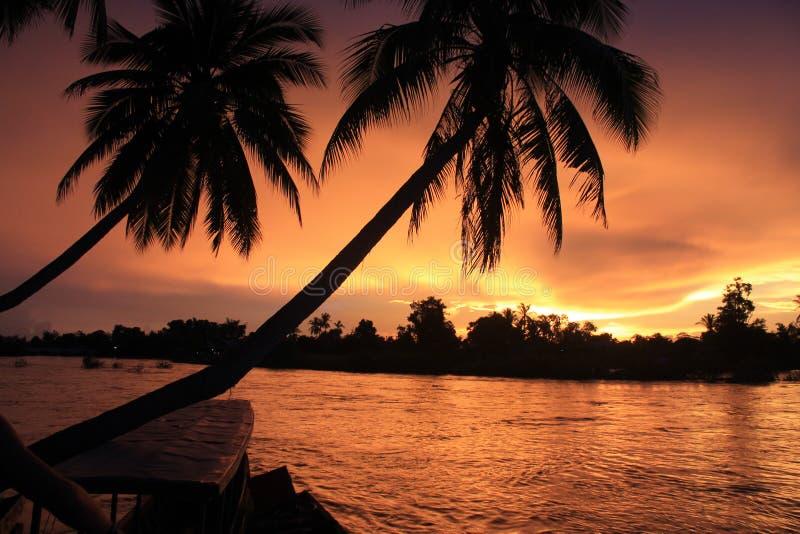Spektakulär solnedgång från Laos fotografering för bildbyråer