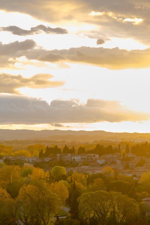 Spektakulär solnedgång i Carcassonne Sikt från medeltida by på arkivfoto