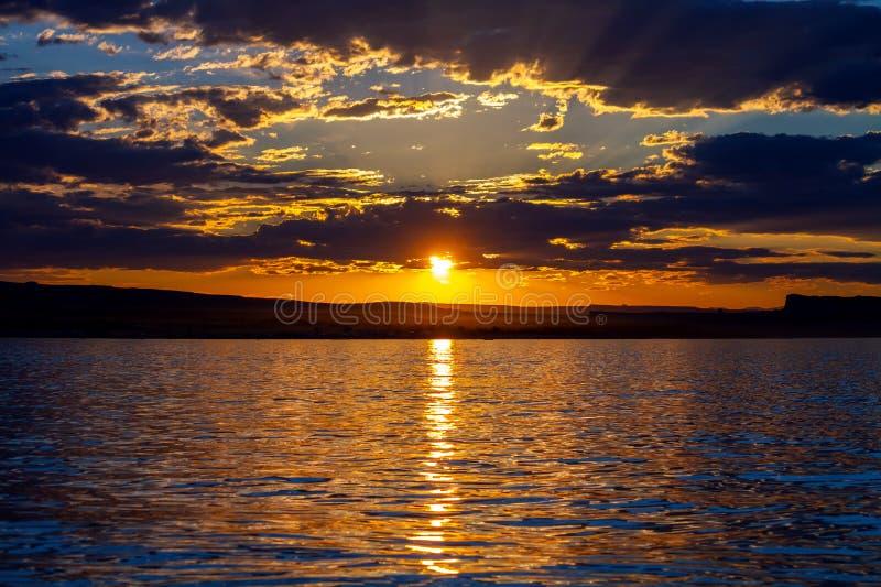 Spektakulär solnedgång med gudstrålar på sjön Powell arkivfoto