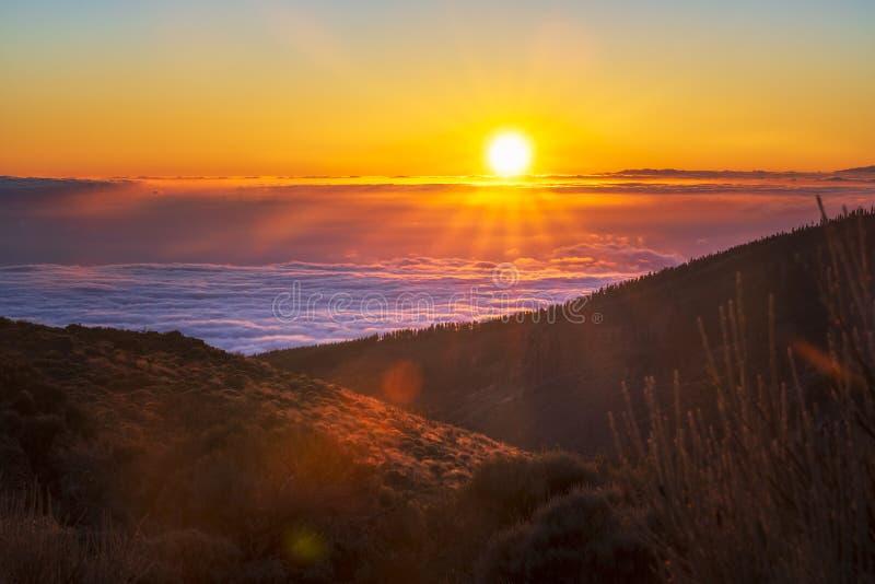 Spektakulär solnedgång ovanför molnen i den Teide vulkannationalparken royaltyfria foton