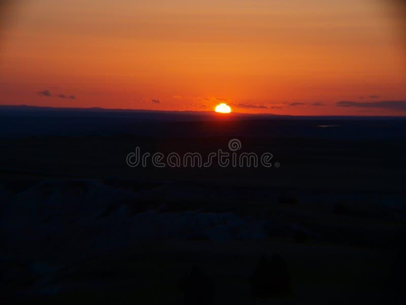 Spektakulär solnedgång på Badlandsnationalparken royaltyfri fotografi
