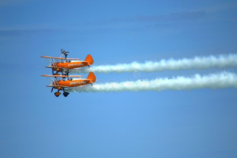 Spektakulär Wingwalkers antennkonstflygning royaltyfria bilder