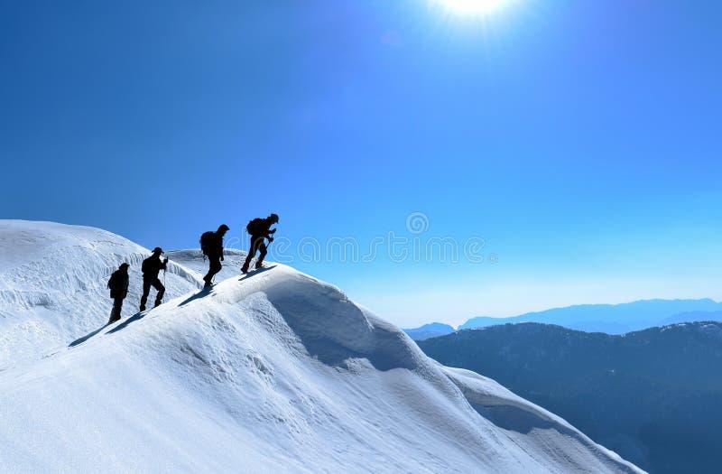 Spektakulära berg och klättrareklättraregrupp royaltyfri foto