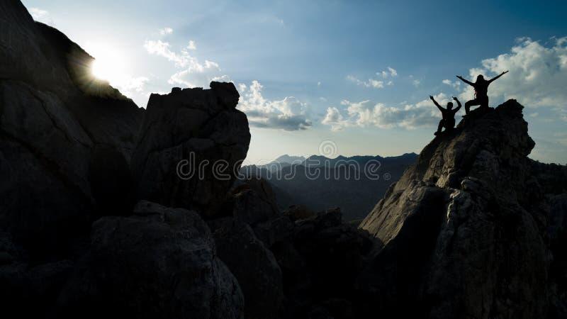 Spektakulära bergskedjor, spetsiga klippor och lyckan av lyckat folk arkivfoton