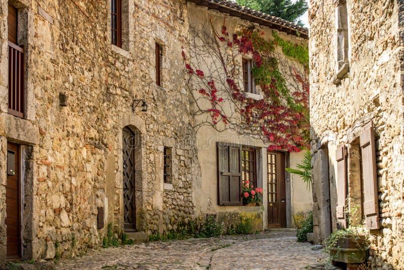 Spektakulära färgrika traditionella stenfransmanhus i Perouges, Frankrike arkivfoto