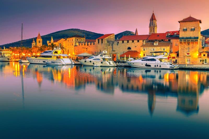 Spektakulära gryningfärger och Trogir gammal stad, Dalmatia, Kroatien royaltyfri bild