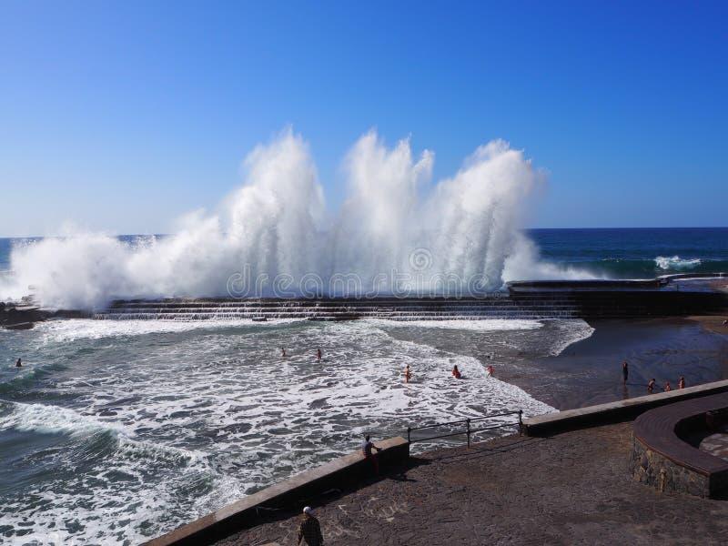 Spektakulära vågor som bryter på Bajamar Tenerife arkivbild