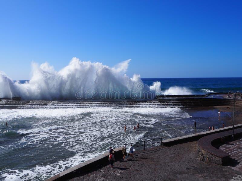 Spektakulära vågor som bryter på Bajamar Tenerife royaltyfria bilder