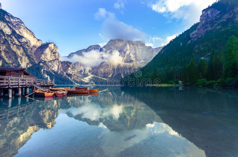 Spektakulärt romantiskt ställe med typiska träfartyg på den alpina sjön & x28; Lago di Braies& x29; Braies sjö royaltyfria foton