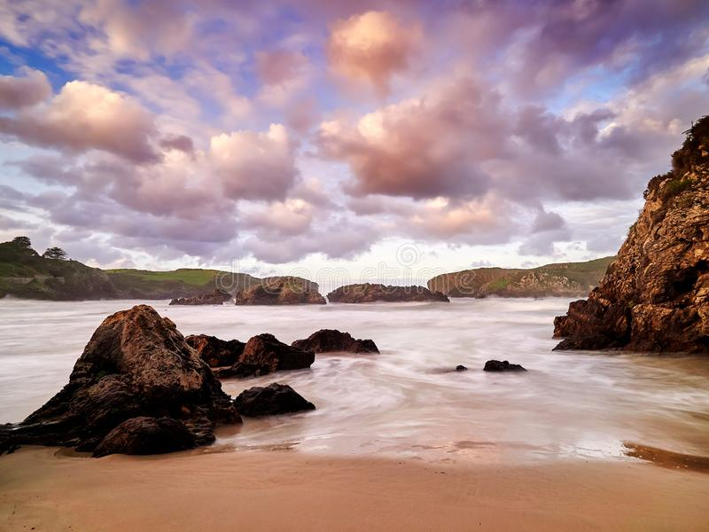 Spektakularne rockowe formacje na wybrzeżu Cantabria, Hiszpania zdjęcie royalty free