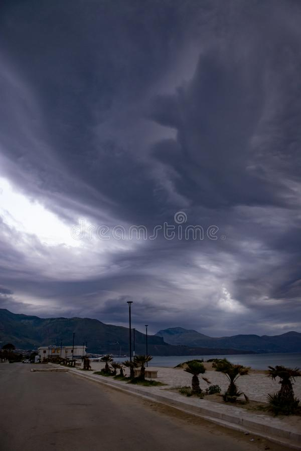 Spektakularne szare cumulonimbus chmury nad morze podczas świtu zaświecają obraz stock