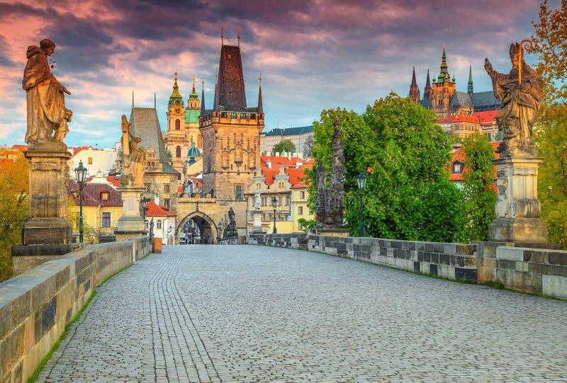 Spektakularny średniowieczny kamienny Charles most z statuami, Praga, republika czech zdjęcia stock