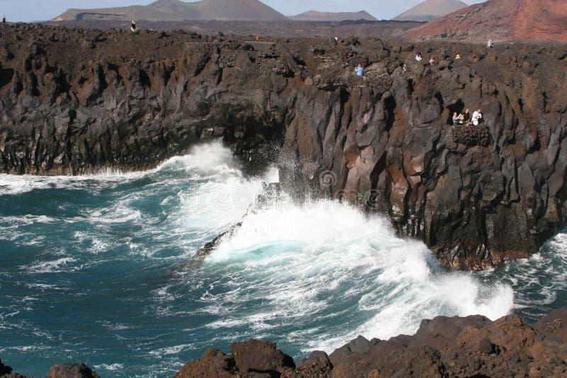 Spektakularny, ludzie przy powulkanicznymi skałami, Lanzarote obraz stock