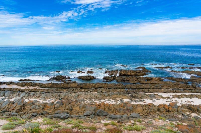 Spektakularny oceanu krajobraz z malowniczymi skałami obraz royalty free