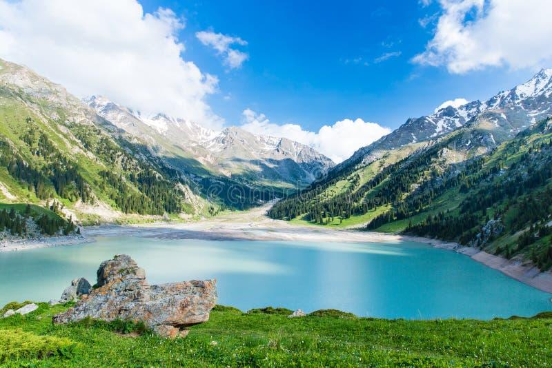 Spektakularny sceniczny Duży Almaty jezioro, Tien shanu góry w Almaty, Kazachstan, Azja fotografia royalty free