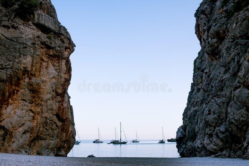 Spektakularny sceniczny widok jar Cala De Potok De pareis blisko port sa calobra w palmy de Mallorca balearic wyspie wewnątrz obrazy royalty free