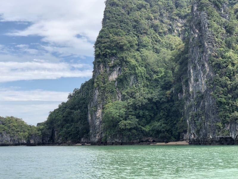 Spektakularny, unikalny widok od morza wiszące falezy Tajlandia wyspy na jasnym dniu fotografia stock