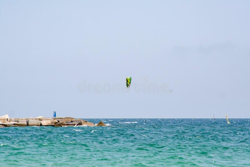 Spektakularny widok nad morzem z kania surfingowem zdjęcie stock