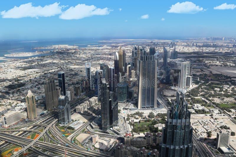 Spektakularny widok od obserwacja pokładu Burj Khalifa UAE, Dubaj, Listopad 26, 2017 2009 amerykańskiego auto odwracalnego Detroi fotografia royalty free