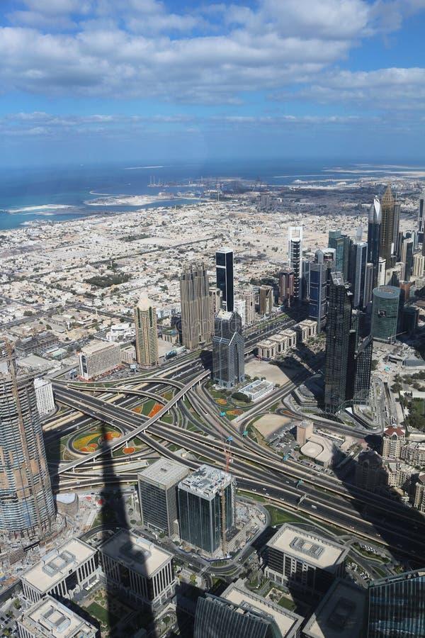 Spektakularny widok od obserwacja pokładu Burj Khalifa UAE, Dubaj, Listopad 26, 2017 2009 amerykańskiego auto odwracalnego Detroi obrazy stock