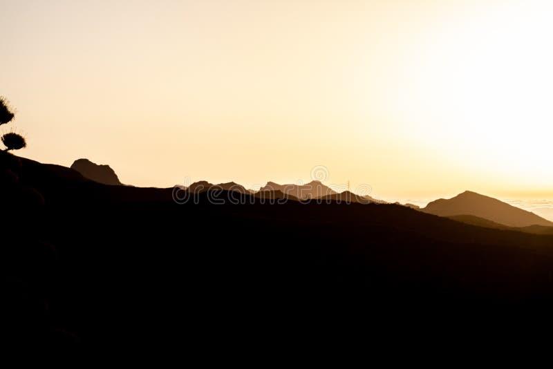 Spektakularny wschód słońca nad górą z chmurami zdjęcie royalty free