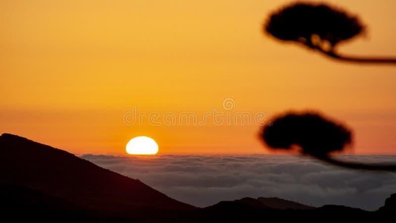 Spektakularny wschód słońca nad morzem z chmurami obraz stock