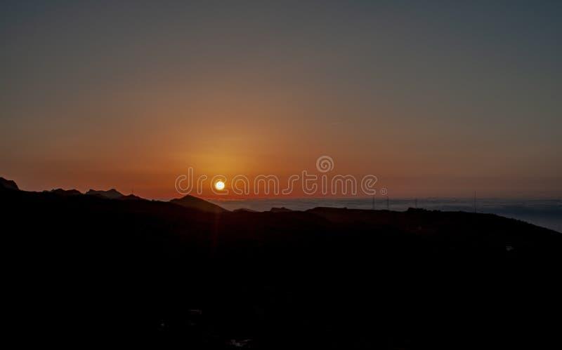 Spektakularny wschód słońca nad morzem z chmurami obrazy stock