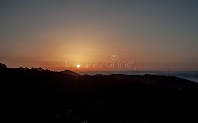 Spektakularny wschód słońca nad morzem z chmurami fotografia royalty free