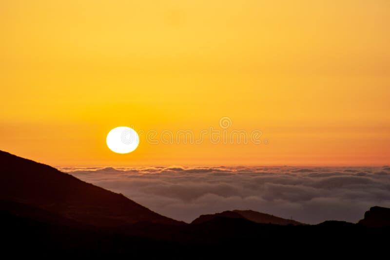 Spektakularny wschód słońca nad morzem z chmurami zdjęcie royalty free