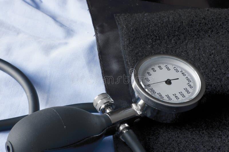 Spektrofotometer, das den niedrigen Blutdruck platziert auf die Manschette vorbereitet verwendet zu werden anzeigt stockfoto
