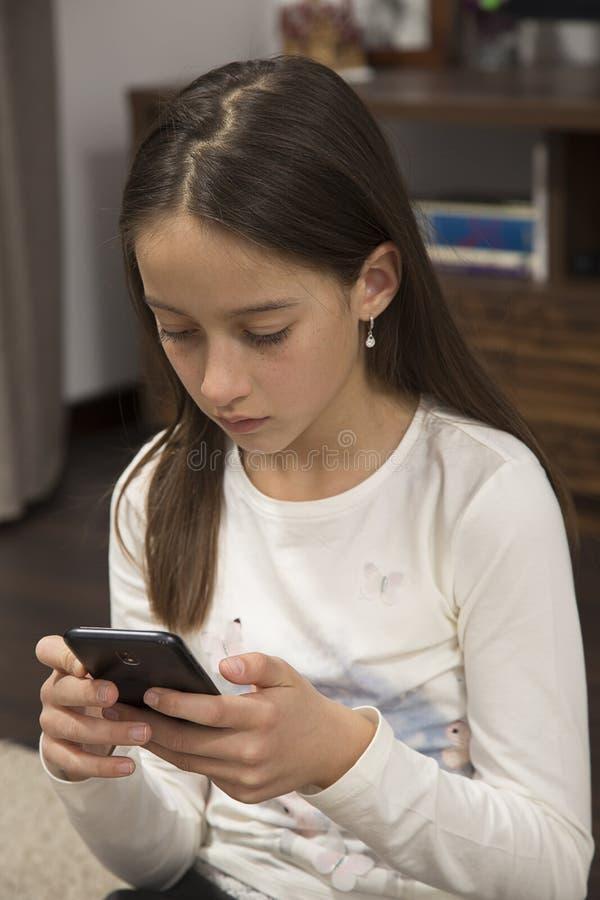 Spel op celular telefoon stock afbeeldingen