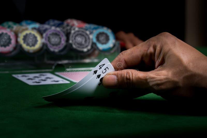 Spel van blackjack bij een casino met spaanders op een groen blackjack Ta stock afbeeldingen
