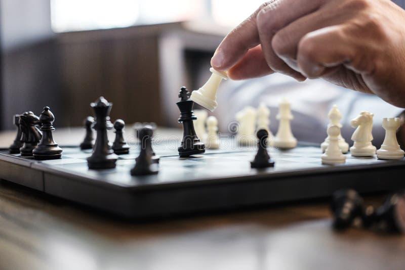 Spel van het de hand het speelschaak van de zakenman aan nieuw de strategieplan van de ontwikkelingsanalyse, bedrijfsstrategielei royalty-vrije stock afbeeldingen