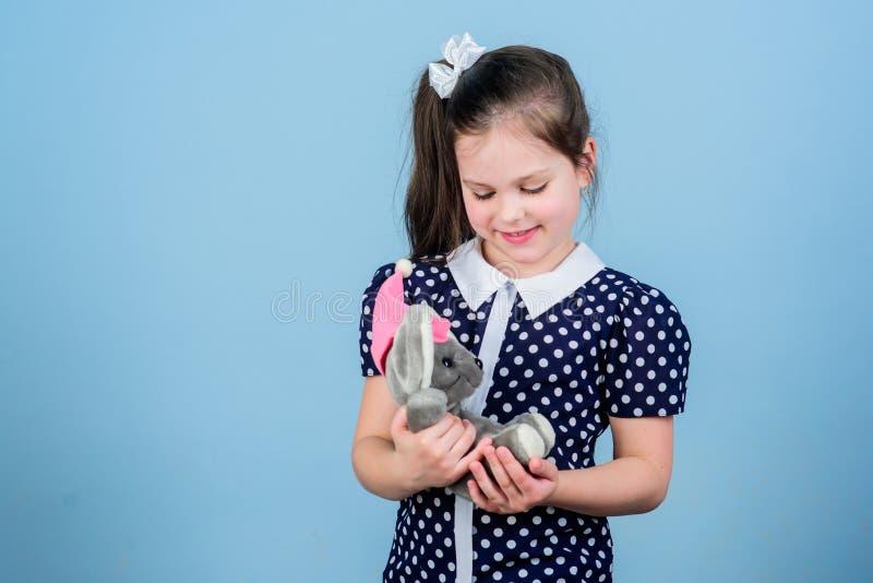 Spel van het jong geitje het leuke meisje met zachte stuk speelgoed muis Gelukkige kinderjaren Kinderverzorging Zoete kinderjaren stock fotografie