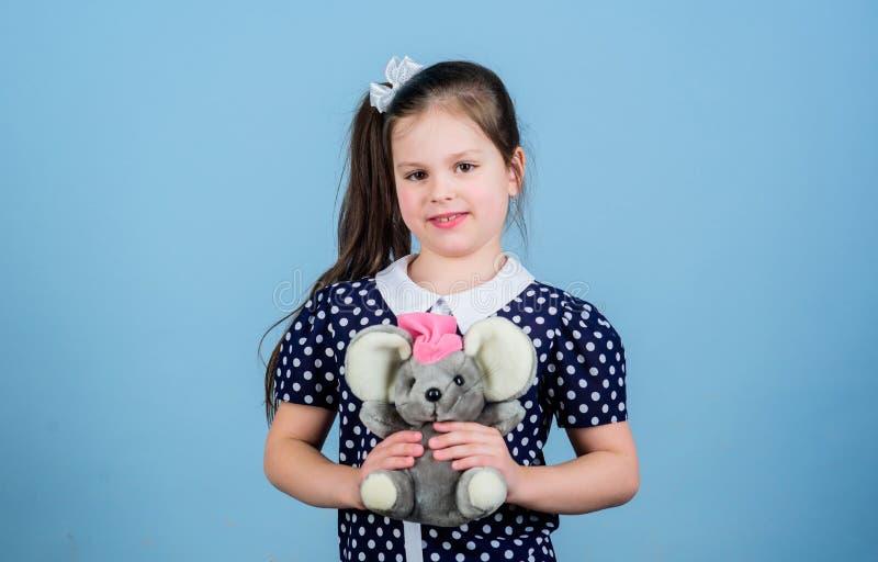 Spel van het jong geitje het leuke meisje met zachte stuk speelgoed muis Gelukkige kinderjaren Kinderverzorging Zoete kinderjaren stock foto's