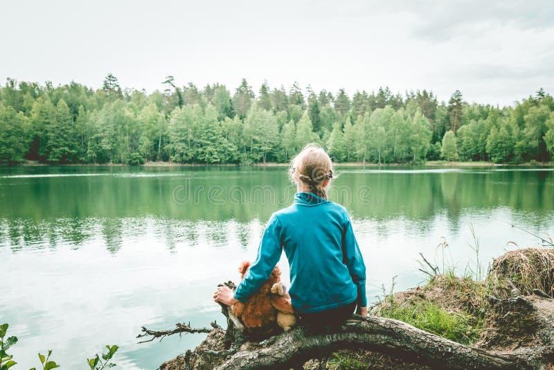 Spel van het Llittle het leuke meisje met teddybeer op de zomer in openlucht Beste vriendenconcept Beste vriendenconcept royalty-vrije stock afbeeldingen