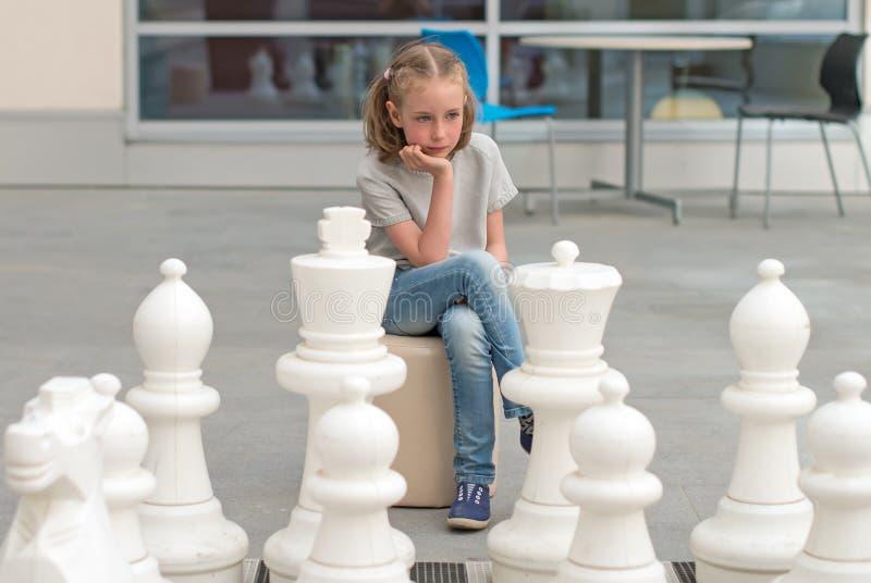 Spel van het meisje het speelschaak royalty-vrije stock foto's