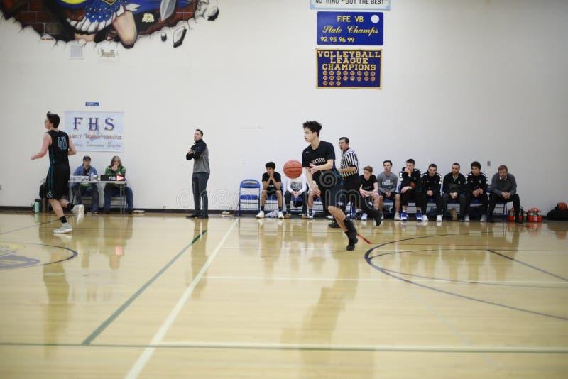 Spel van het middelbare school het Binnenbasketbal stock afbeeldingen