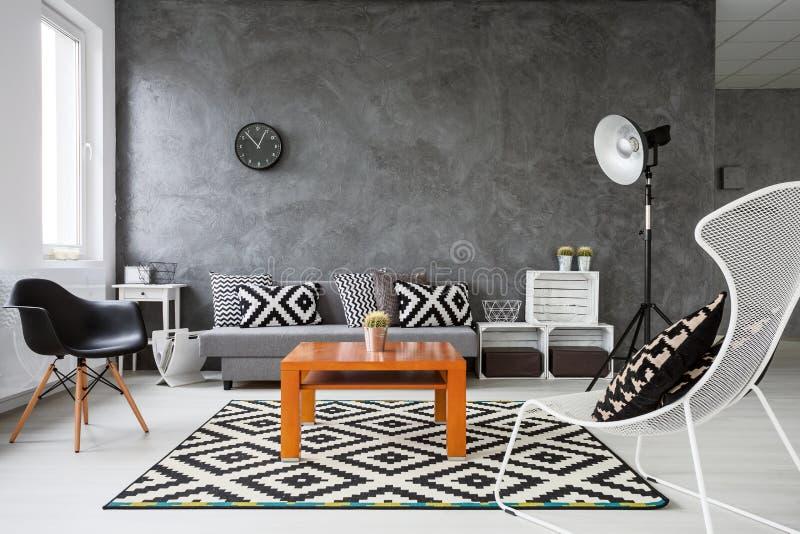 Spel van kleuren in woonkamer stock foto