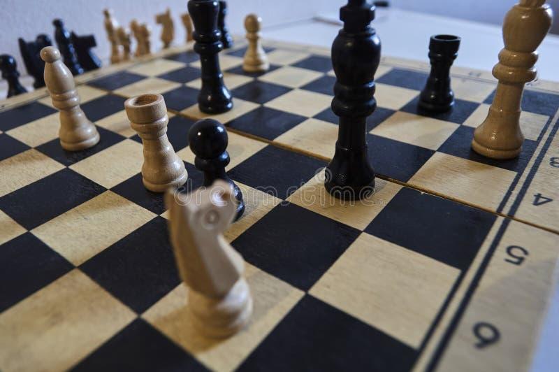 Spel van schaak, witte koning in probleem, paard in probleem, schaakmat in één beweging stock afbeeldingen