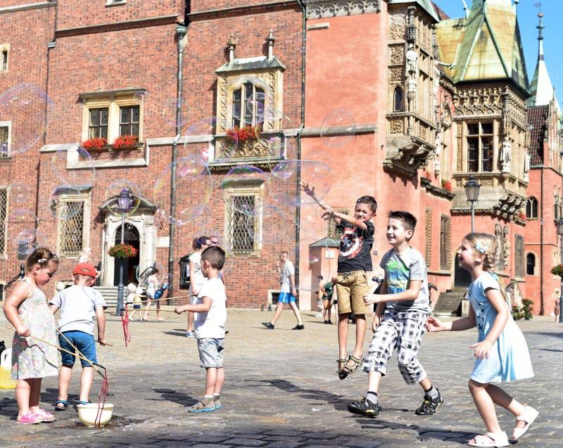 Spela barn på marknadsfyrkanten Wroclaw arkivbild