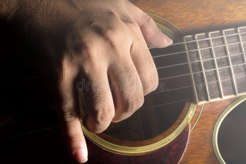Spela den akustiska gitarren, gitarrist arkivfoton