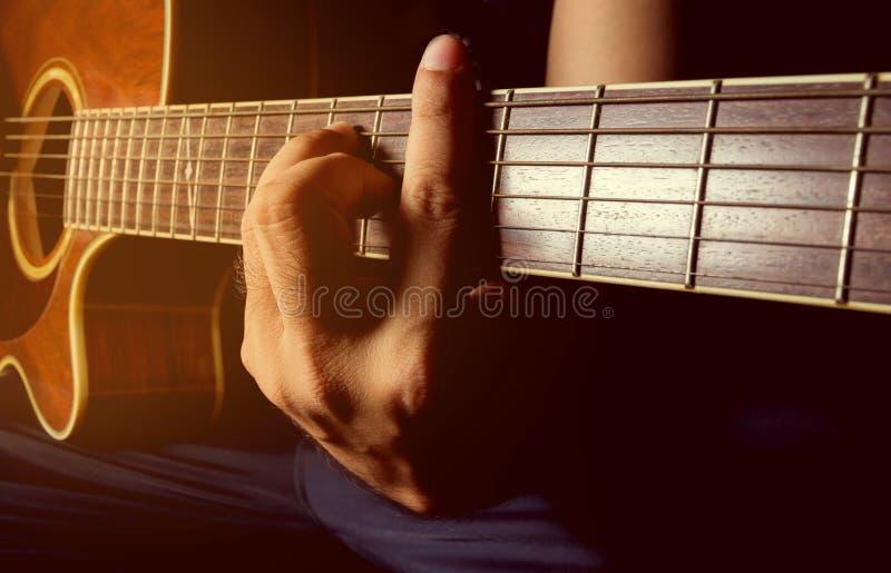 Spela den akustiska gitarren, gitarrist, musiker arkivfoto