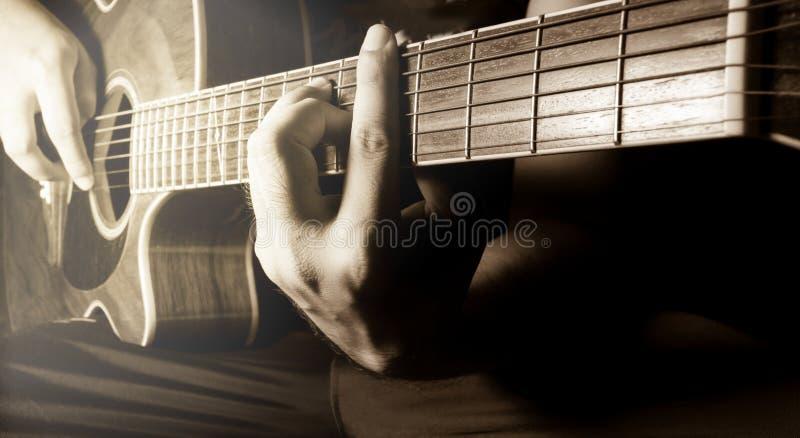 Spela den akustiska gitarren, gitarristen eller musikern arkivfoton